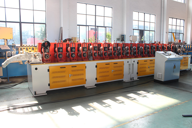 G GUIDE ROLL FORMING MACHINE